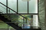 Treppenhaus mit Natursteinwand