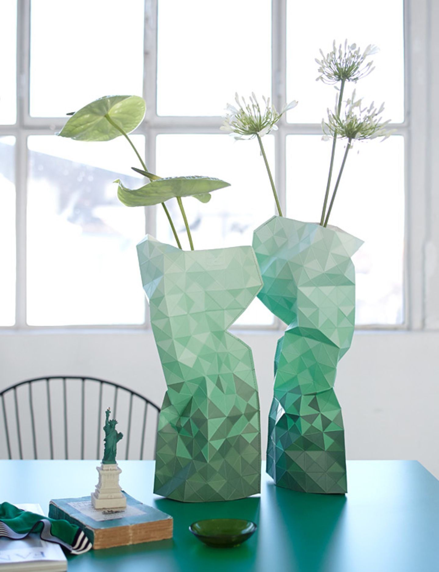 Papiervase in Smaragdgrün
