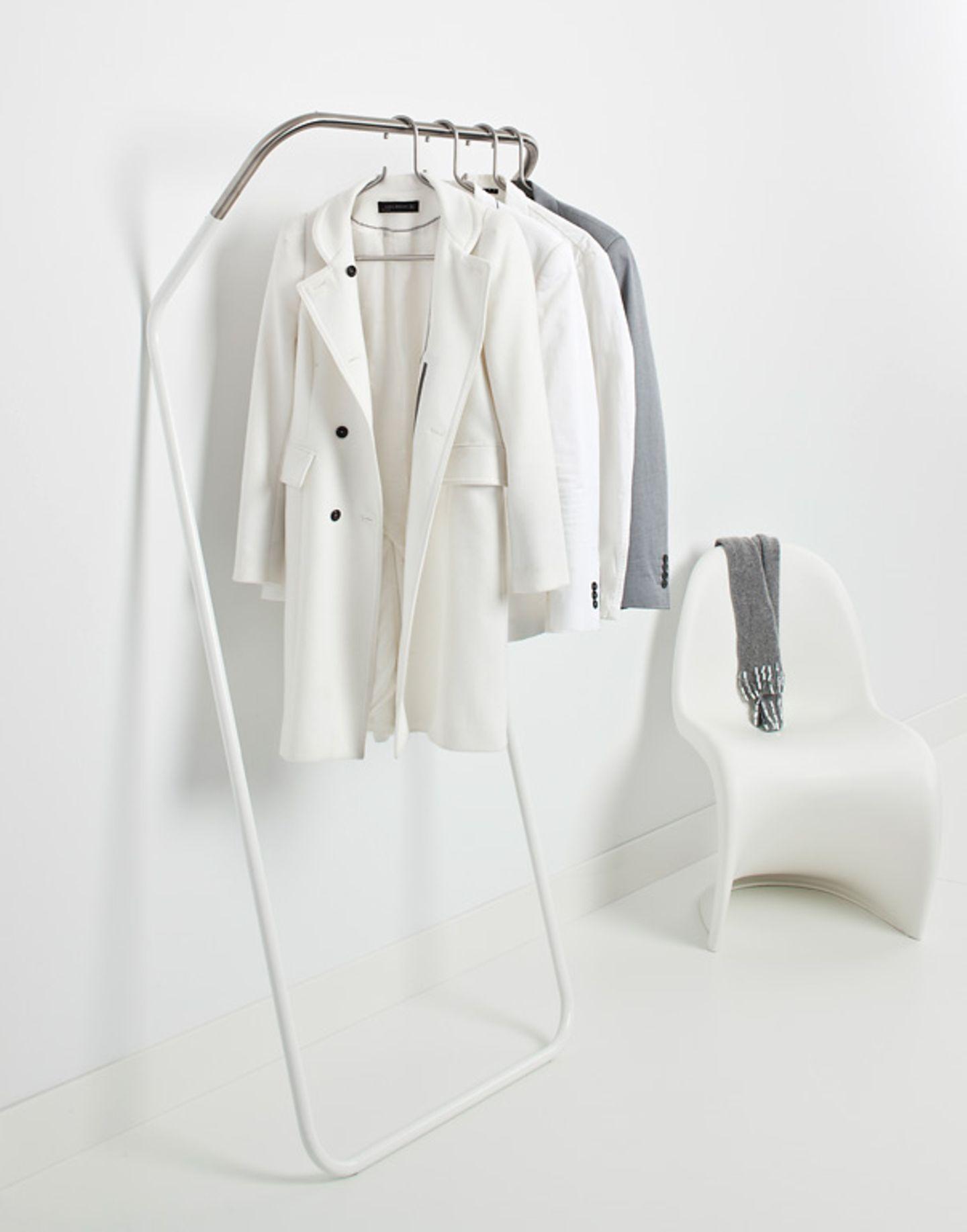 """Minimalistisch: Kleiderstange """"Lean-on"""" von Cascando"""