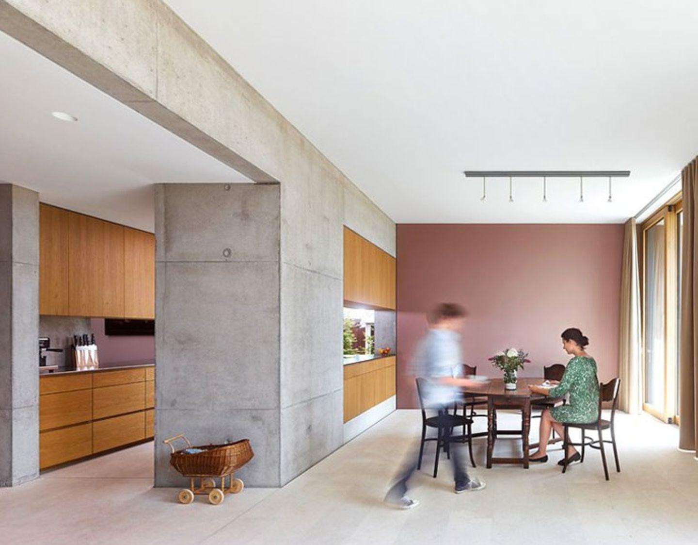 Moderne Küche mit Holz, Sichtbeton und Malve
