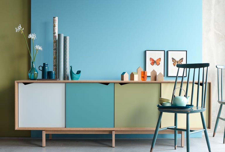 Kommode und Wand in Olivgrün und Blau