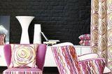 Magische Ausstrahlung - Möbel in Pink vor schwarzer Wand