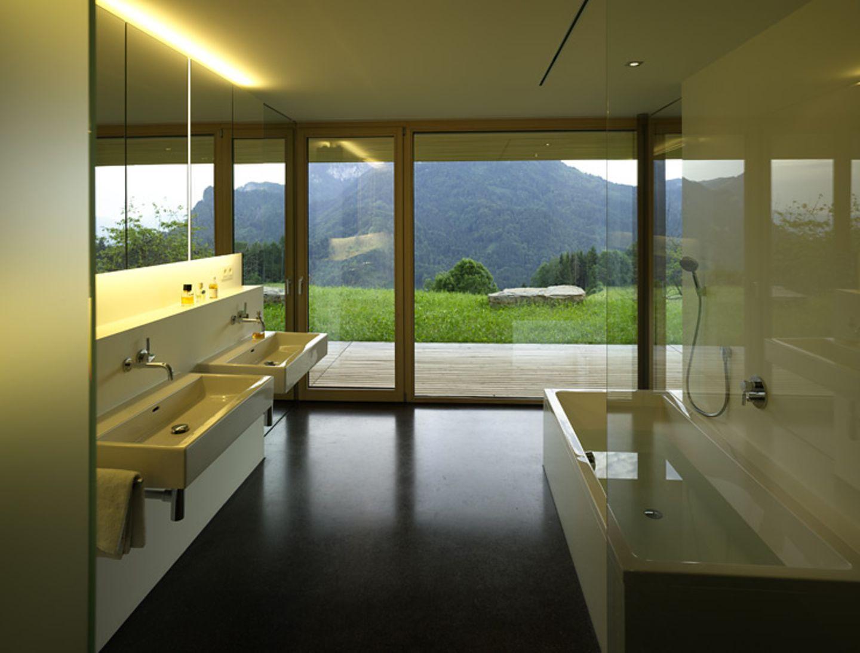 Badezimmer mit puristischer Einrichtung