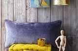Samtig: Bodenkissen in fünf Farben von Liv Interior