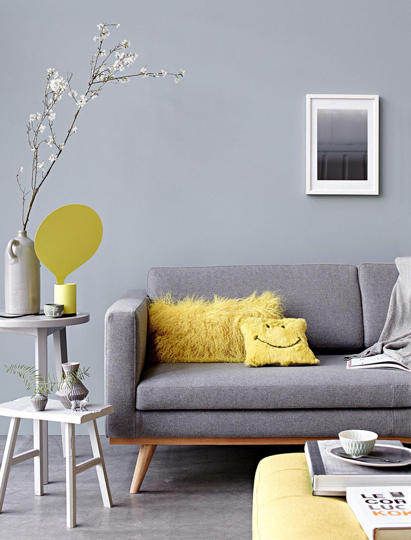 Gelbe Akzente peppen die Sitzecke auf