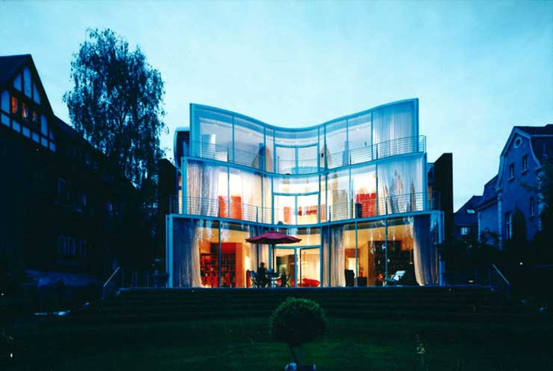 Geschwungene Glasfassade zum Garten