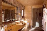 Holz und Stein auch im Badezimmer