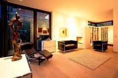 Offener Wohnraum in Weiß, Schwarz und Holztönen