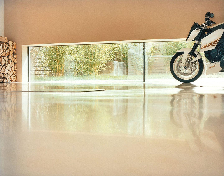 Garage mit Fensterfront