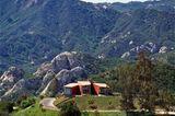Rotes Röhrenhaus in der Hügellandschaft