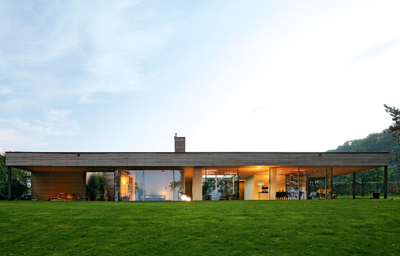 Flachdachbau mit Panoramafenstern
