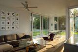 Helles Wohnzimmer mit bodentiefen Panoramafenstern