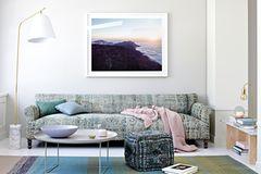 Sofa in Mint, dazu Flieder und Rosa