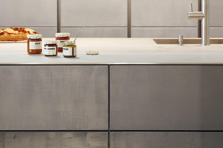 Edle handgefertige Küchenfronten aus Metall