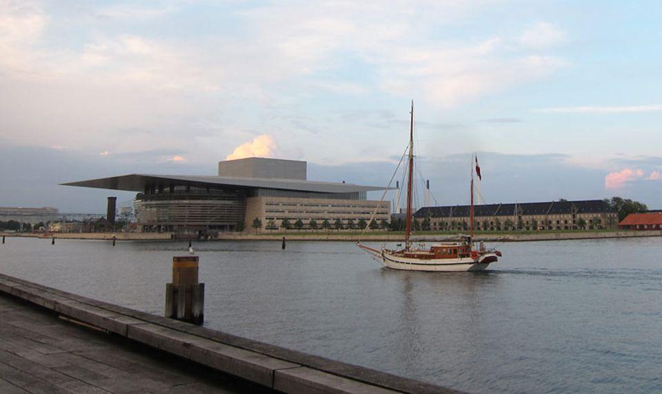 Reisetipps: Aussichtsplatz am Wasser: die Holzterrasse vor dem neuen Schauspielhaus mit Blick auf die Oper.