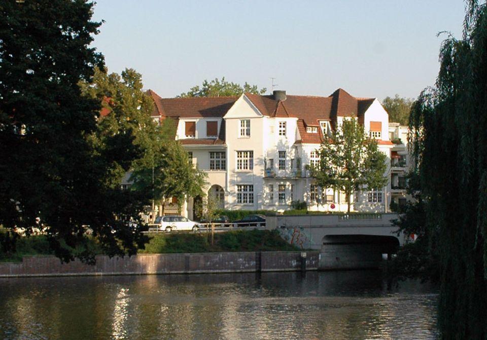 Typisch für Hamburg: weiße Villen am Wasser – und viel Grün.