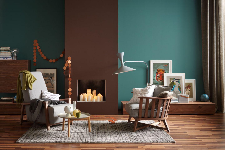 Wandfarben Petrol und Braun mit Sessel vor Kamin