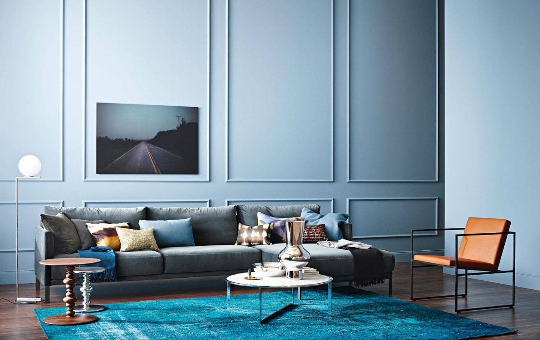 Wohnzimmer mit Couchtischen aus Marmor und Samtsofa