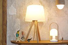 Leuchten aus Holz mit warmem Schein