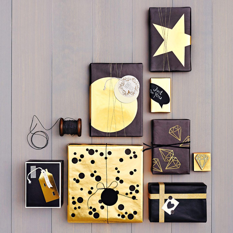 Geschenkverpackungen in Gold und Schwarz