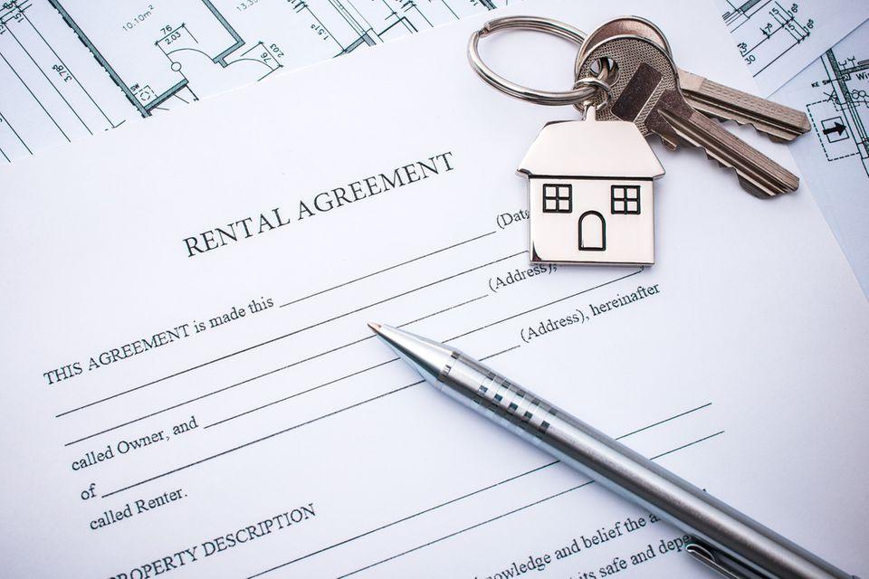 Stift und Schlüssel liegen auf einem unterschriftsreifen Mietvertrag