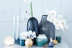 Amaryllis, Orchidee & Alpenveilchen in verschiedenen Vasen