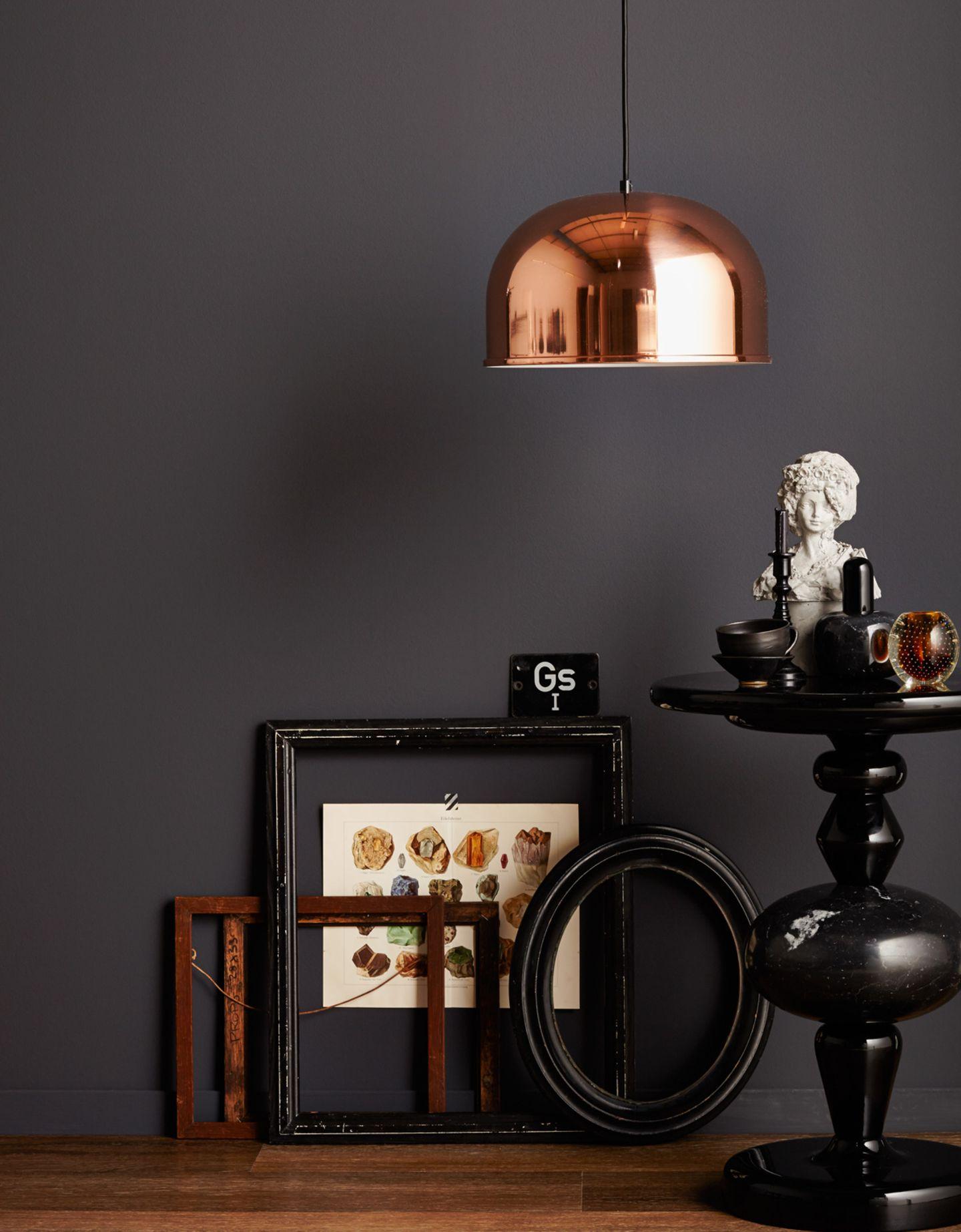 Pendelleuchte in Kupfer und Wandfarbe Schwarz