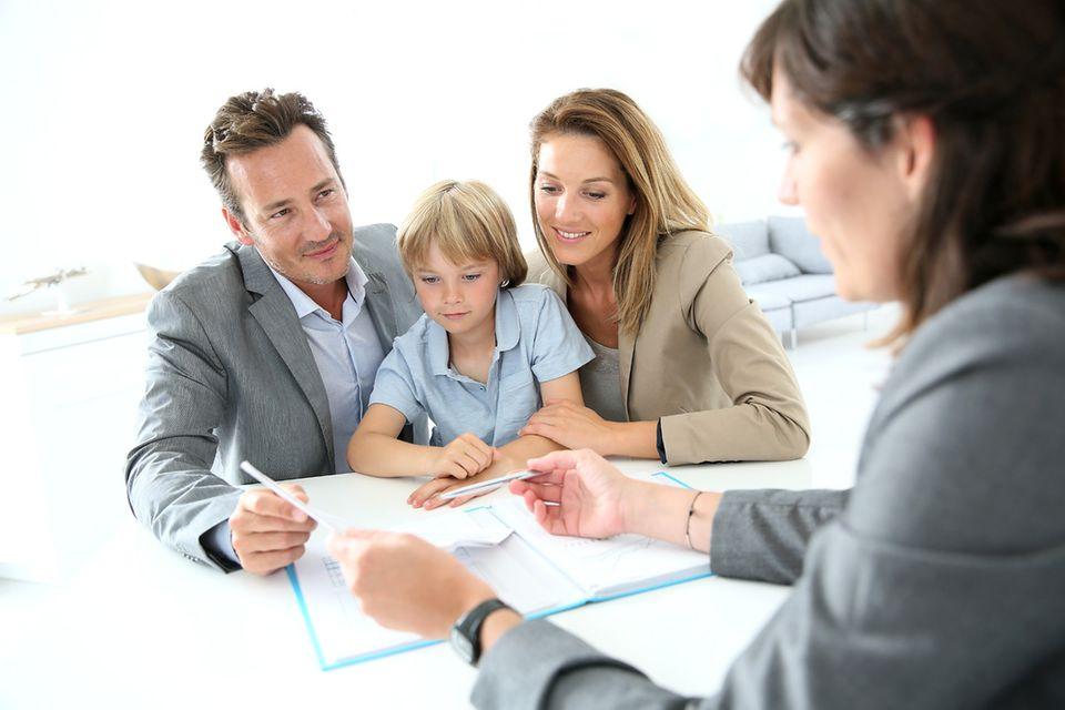 Familie beim Beratungsgespräch mit einer Verkäuferin