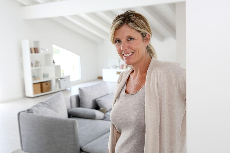 Frau in ihrem eigenen Apartment