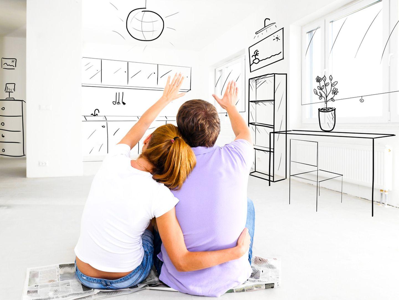 Pärchen malt sich aus, wie die neue Wohnung eingerichtet sein könnte