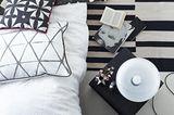 Textilien, Bettwäsche und Teppiche in Schwarz-Weiß