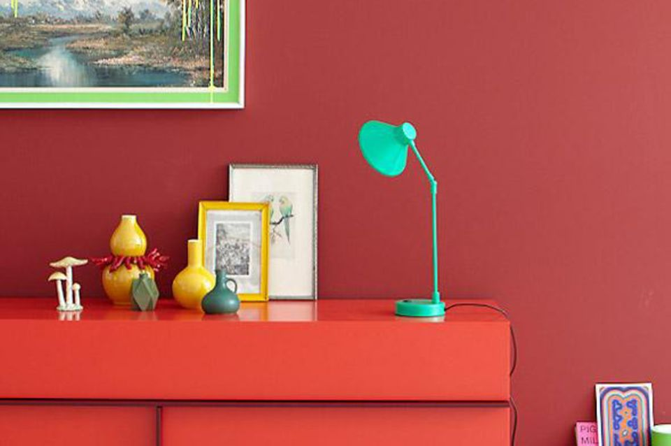 Sideboard und Wandfarbe in Rot