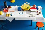 Gedeckter Tisch mit starken Farben im Memphis-Look