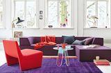 Wohnzimmer in Rot- und Lilatönen
