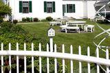 Haus mit Garten und weißem Aluminiumzaun