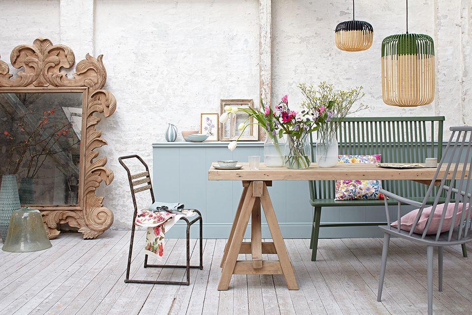 Esstisch und Stühle in Pastell- und Naturfarben