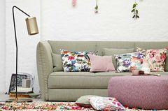 Sofa und Pouf in pastelligen Frühlingsfarben