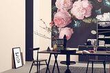 Wand mit großformatigem Blumenmuster