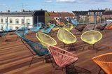 """""""Acapulco""""-Chair von Ok Design auf einer Dachterrasse"""