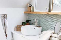 Kleines Badezimmer mit Badezimmermöbeln von Ikea in Weiß