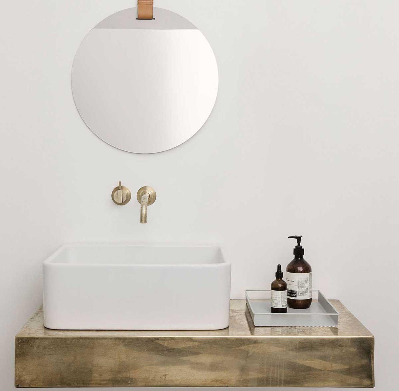 """""""Tray Tablett"""" von Ferm Living im Badezimmer"""