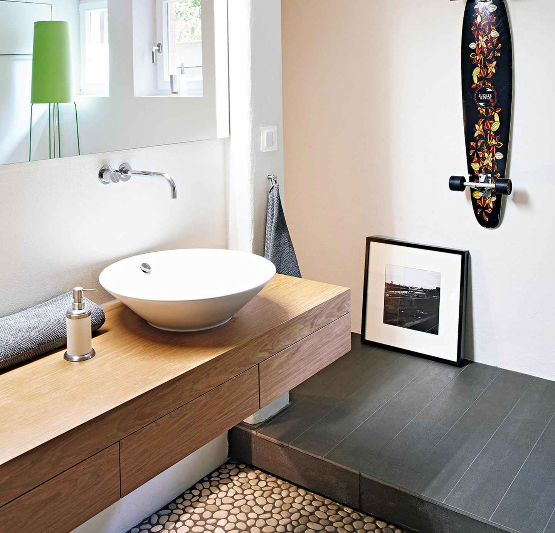 Badezimmer: Flusskiesel als Bodenbelag