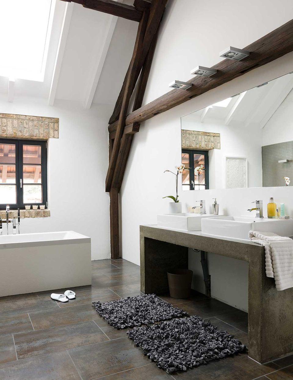 Badezimmer in einem zum Loft umgebauten Bauernhof