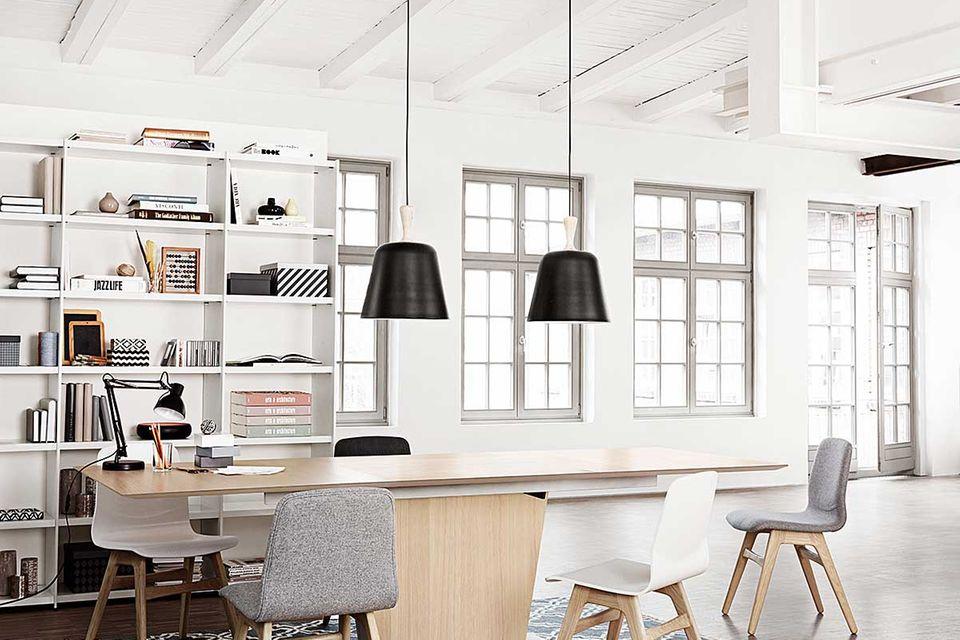 Esszimmer-Möbel und Regale von BoConcept in einem Loft