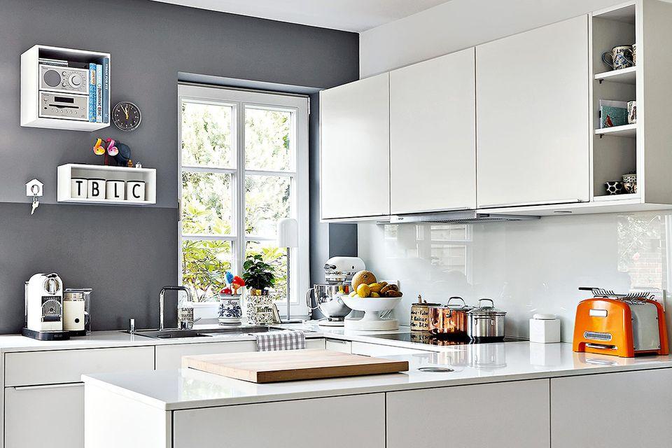 Kleine Küche in Schwarzweiß