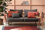 In Terrakotta gehaltenes Sofa-Ambiente