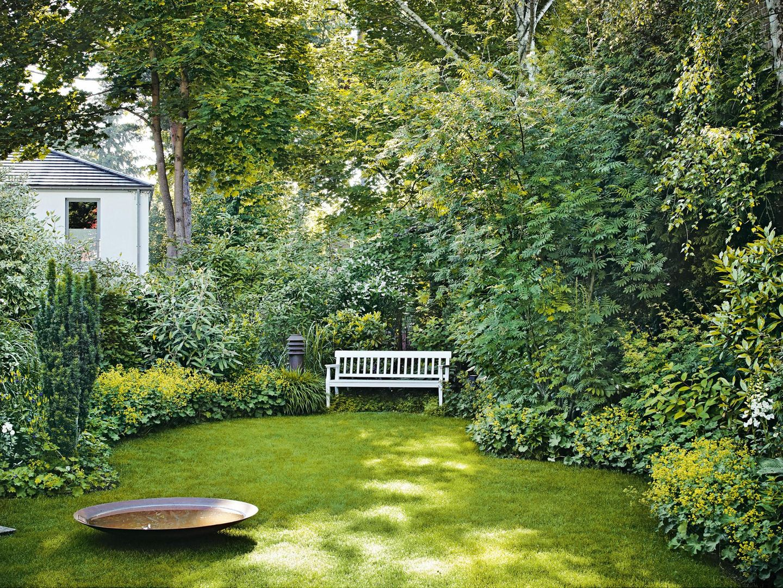 Stadtgarten mit Rasen und Sitzbank