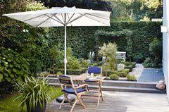 Stadtgarten mit Sonnenschirm und Sitzplatz