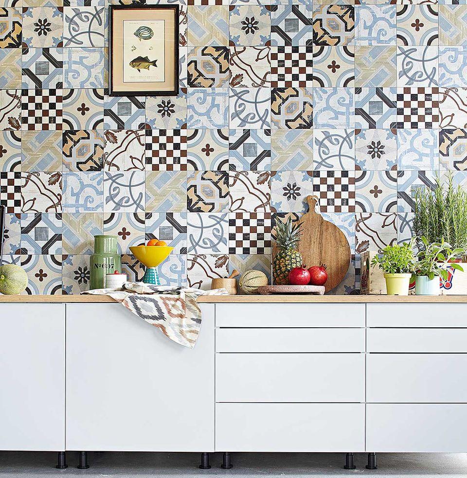 Mustermix auf Wandfliesen in der Küche