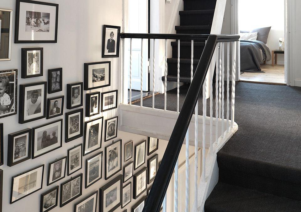 Treppenhaus mit Bildern und Teppich